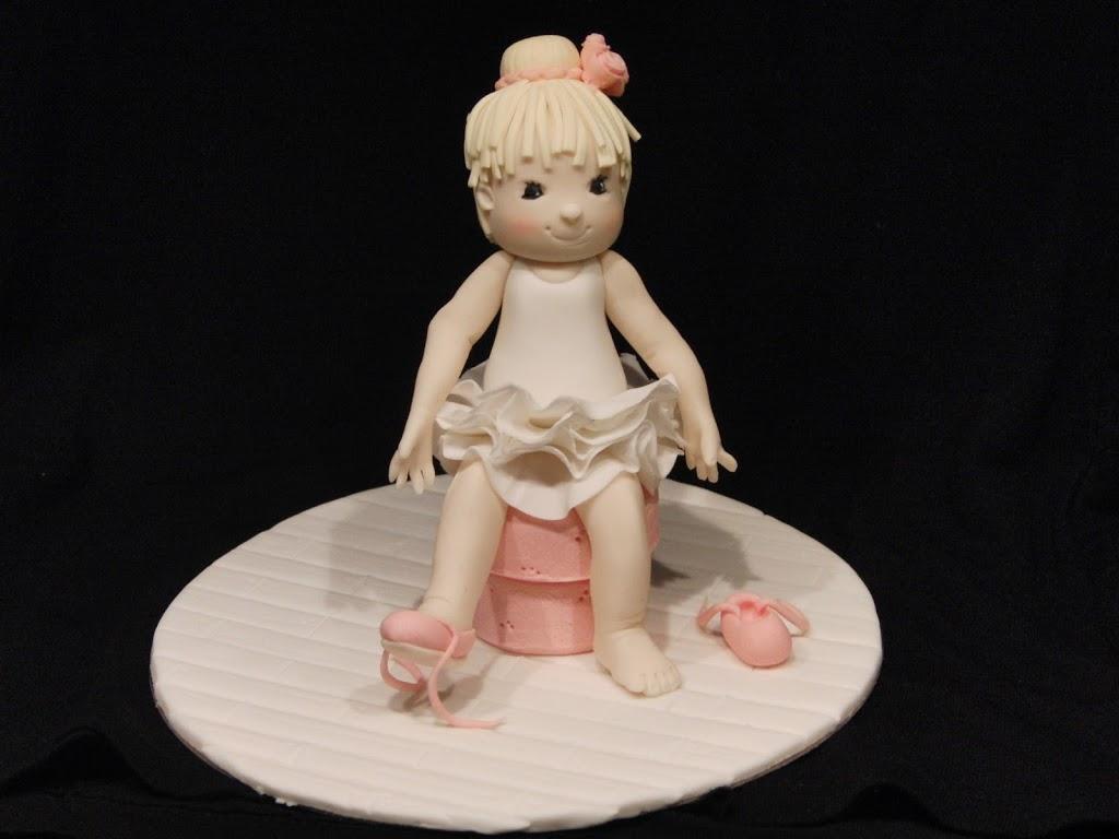 Bailarina modelada con pasta de azúcar en el curso de modelado de Debbie Brown