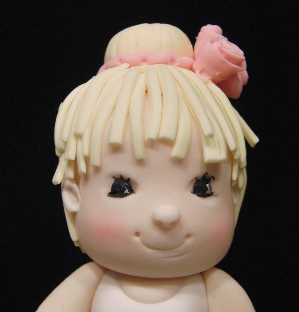Detalle del rostro de la bailarina modelada con pasta de azúcar en el curso de modelado de Debbie Brown