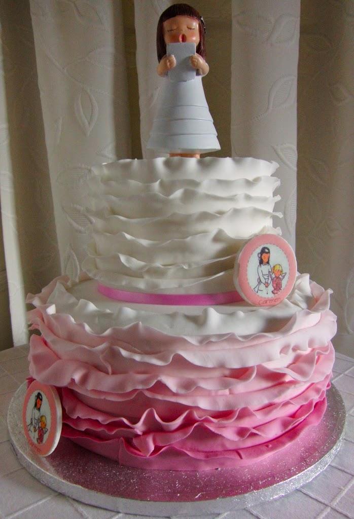 Tarta de comunión de dos pisos. De varios colores desde el rosa hasta el blanco usando técnica Ruffle Cake