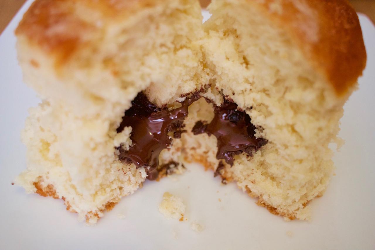 Detalle chocolate fundido brioche portugués