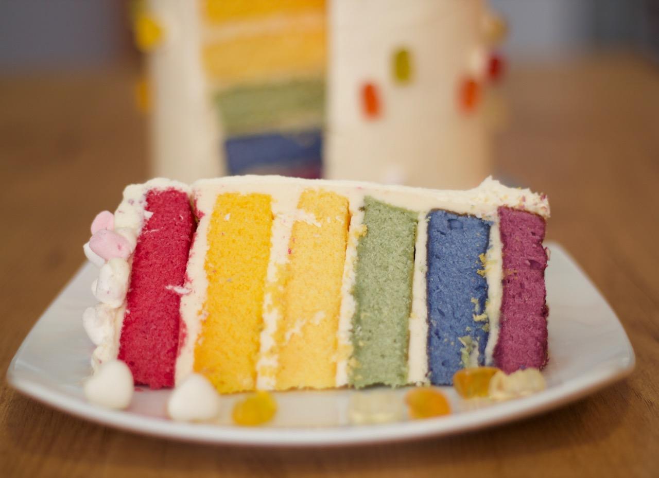 porción de tarta arco iris con toppings de haribo